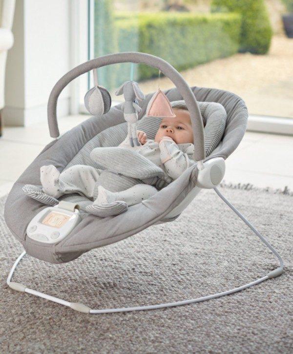 Mamas&Papas vaaleanharmaa Apollo soiva ja värisevä sitteri vauvalle on myös kaunis osa sisustusta!