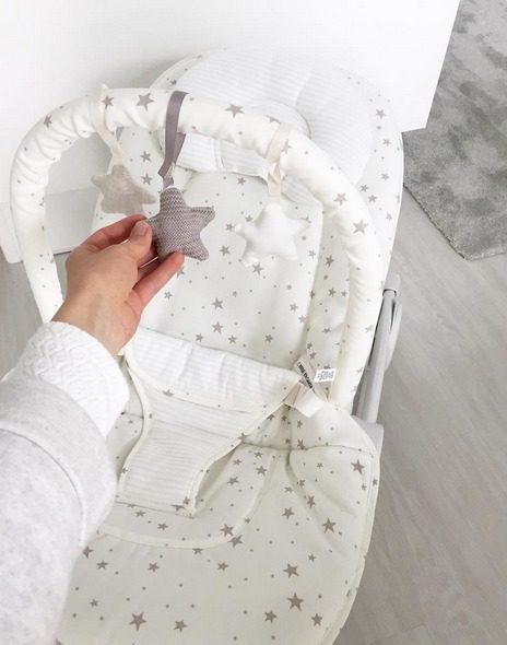 Tämä valkoinen sitteri sopii erittäin hyvin etenkin refluksivaivoista kärsivälle vauvalle, sillä sitterin selkänojaa voi säätää myös pystymmäksi!