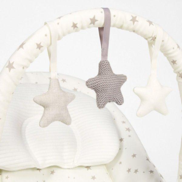 Mamas&Papas Wave Rocker vauvan soivassa keinusitterissä oleva lelukaari viihdyttää vauvaa ja lelukaaren saa myös irti. Näin vauva pääsee seuraamaan perheen touhuja paremmin.