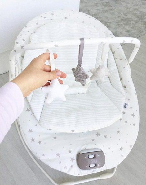 Kaunis valkoinen tähtikuvioinen sitteri on väritykseltään monen kodin sisustukseen sopiva ja neutraalin värinen sitteri on tyylikäs tausta vauvan valokuvaukseeen!