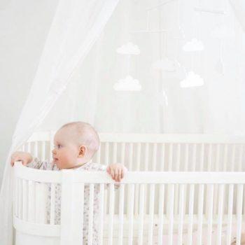Mamas&Papas puinen pilvimobile. Kaunis, skandinaaviseen sisustukseen sopiva pilvimobile! Tämän valkoisen mobilen voit ripustaa pinnasängyn yläpuolelle, vaipanvaihtopisteeseen tai isomman lapsen iloksi sängyn yläpuolelle. Pilvimobilen voi yhdistää ihanasti esimerkiksi vuodekatoksen kanssa!