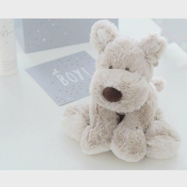 Teddykompaniet Teddy Cream koiranpentu,beige. Silkkisen sileä, suloistakin suloisempi koiranpentu on yksi kauneimpia vaaleansävyisiä pehmoleluja. Tästä tulee vauvan suosikki ja leikki-ikäisen lapsen hyvä kaveri. Koiranpentu sopii sekä halikaveriksi että lastenhuoneen sisustukseen. Koiranpentu on pehmoinen ja hyvin syliin sopiva, mutta pysyy helposti myös istuma-asennossa hieman painavampien tassujensa ansiosta. Näin sen voi nostaa kauniisti hyllyn reunalle tai lipaston päälle.