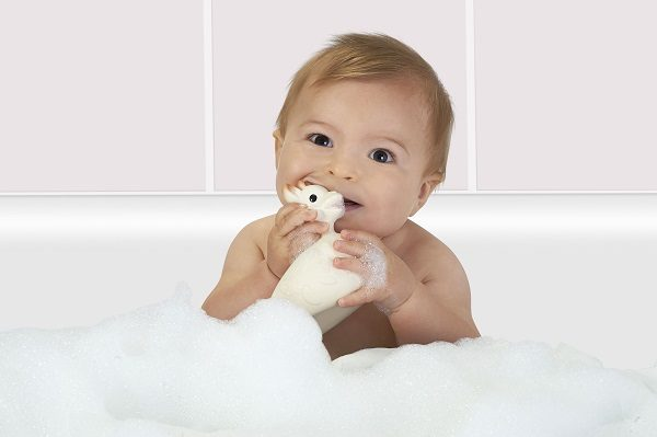 Sophie the giraffe So'Pure bath toy on sopiva ensikylpylelu vauvalle. Vauvan on turvallista pureskella joustavaa, luonnonkumista lelua. Vihdoinkin kylpylelu, jonka sisälle ei pääse vettä!