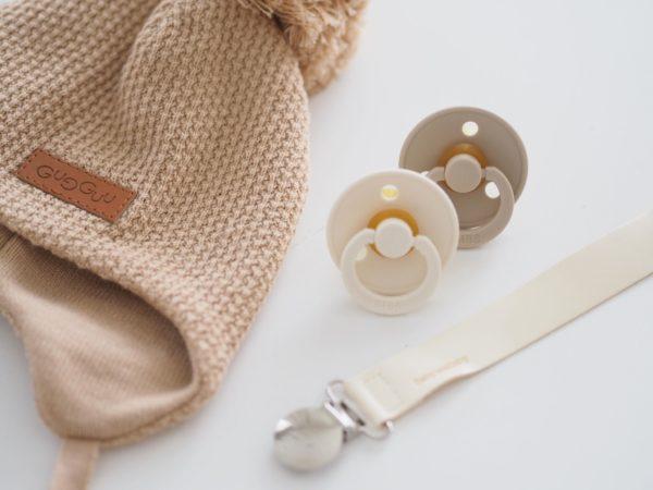 Yksinkertaisen tyylikäs, taipuisasta nahasta Italiassa valmistettu tuttinauha on ylellinen asuste vauvalle ja näyttää hyvältä kuvissa! Tutti on helppo kiinnittää tähän tuttinauhaan ja tutti pysyy menossa mukana ja aina tallessa. Tuttinauhan toisen pään voit kiinnittää vauvan takkiin, huppariin tai paitaan.