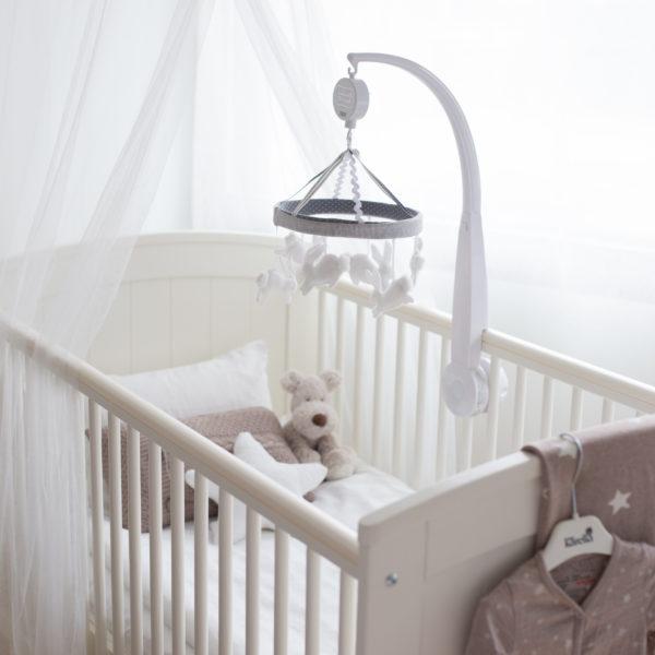 Verhokatos tekee lastenhuoneesta kuvauksellisesti kauniin ja huolitellun! Baby's Only verhokatos on valkoista ja läpikuultavaa, ilmavaa kangasta.