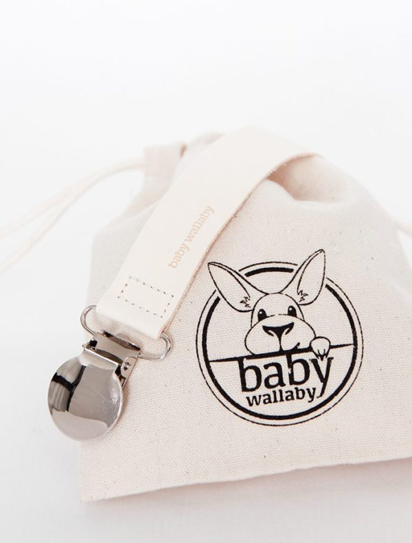 Baby Wallaby tuttinauha Yksinkertaisen tyylikäs, taipuisasta nahasta Italiassa valmistettu tuttinauha on ylellinen asuste vauvalle ja näyttää hyvältä kuvissa! Tutti on helppo kiinnittää tähän tuttinauhaan ja tutti pysyy menossa mukana ja aina tallessa. Tuttinauhan toisen pään voit kiinnittää vauvan takkiin, huppariin tai paitaan. Tästä laadukkaasta tuttinauhasta ei irtoa väriä vauvan vaatteisiin (kuten joistakin vastaavista) ja se on tarpeeksi kevyt, jotta tuttinauha ei vedä tuttia pois lapsen suusta (kuten monet puiset tuttinauhat voivat tehdä). Tuttinauhan voi pestä lämpöisellä vedellä.