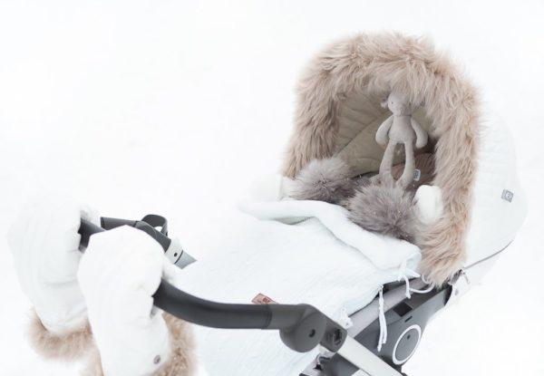 PikkuVaniljan Mamas&Papas helisevä pikkuelefantti kulkee helposti vauvan mukana paikasta toiseen! Lelun saa helposti kiinni esimerkiksi turvakaukaloon, siinä lelu heiluu viihdyttäen vauvaa automatkan ajan. Pururengasta on mukava nakerrella, kun hampaat tekevät tuloaan ja kutittavat vauvan ikeniä. Norsu on suloisenpehmeä ja sileä, ravistamalla se pitää helisevää ääntä kiinnittäen vauvan huomion. Vauvat rakastavat norsun pitkiä jalkoja ja lelusta saa hyvän haliotteen.