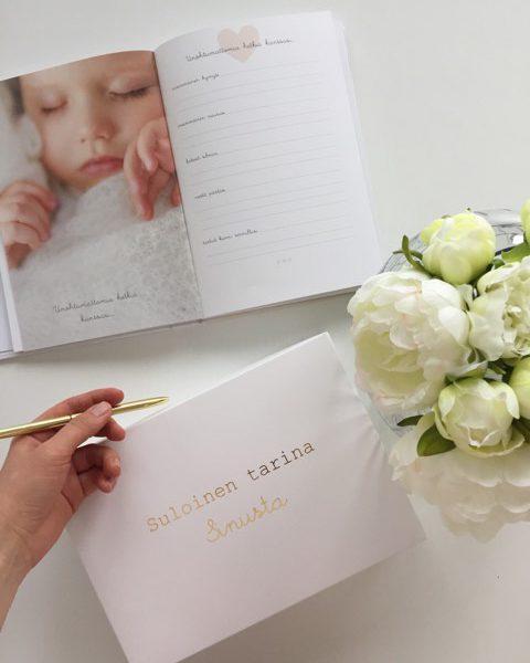 Suloinen tarina sinusta -vauvakirja toimitetaan kauniissa laatikossa, jossa on kultainen teksti kannessa. Täydellinen lahjaidea!