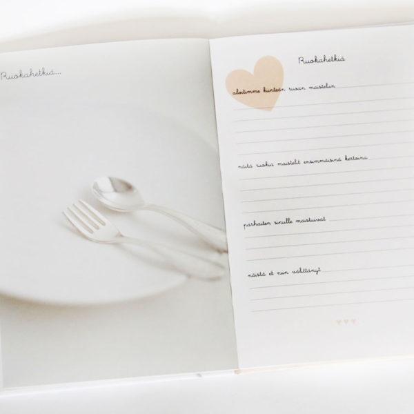Valkoinen Suloinen tarina sinusta -vauvakirja on kauttaaltaan vaaleansävyinen ja kauniisti kuvitettu.