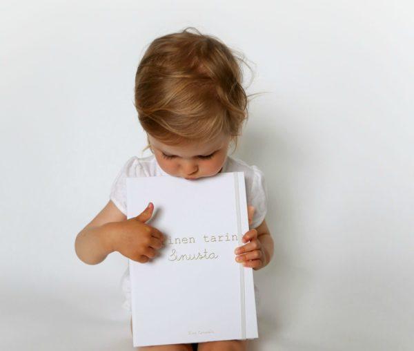 Lapsesi arjen pienet yksityiskohdat kirjoitettuna ylös tyylikkääseen vauvakirjaan. Mikä olisikaan ihanampi lahja säästää omalle pojalle tai tyttärelle?