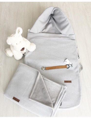 Soft Classic on tasaista helmenharmaata neulosta oleva vauvanviltti, jonka toisella puolella on vaaleanharmaa, ihoa vasten silkkisen sileältä tuntuva kangas. Tämä Classic -sarjan pienempi peitto sopii kokonsa puolesta käytettäväksi vauvoilla vastasyntyneestä lähtien. Tämä koko on myös erittäin kätevä vaunuissa ja rattaissa, sekä kehdossa käytettäväksi.