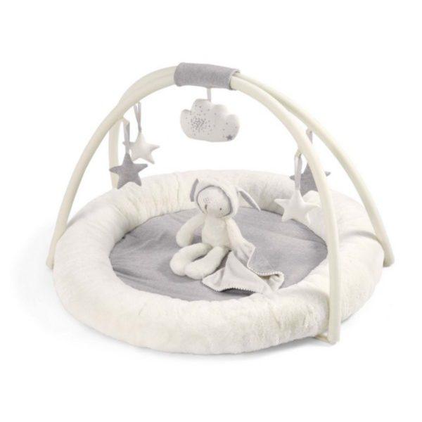 Tätä moneen sisustukseen sopivaa vaaleaa leikkimattoa voi käyttää vauvalla vastasyntyneestä lähtien. Rauhallisen sävyinen leikkimatto on kaunis pitää esillä vaikka keskellä olohuonetta!