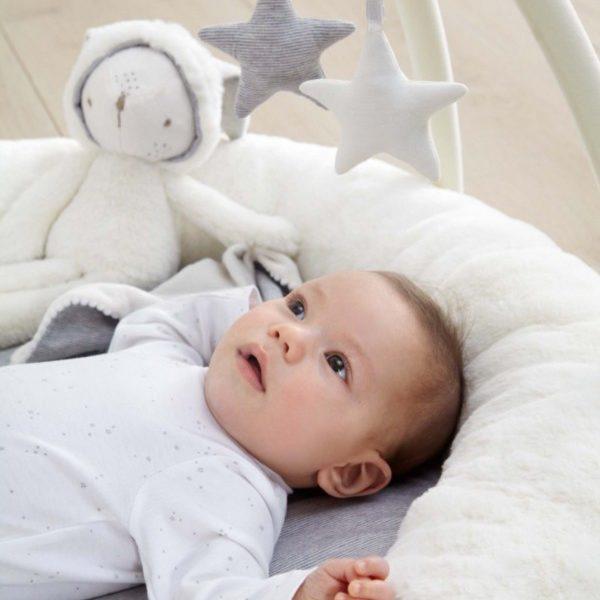 Vauva voi alkaa käyttää leikkimattoa vastasyntyneestä lähtien. Matto toimii pehmeänä makuualustana lattialla. Pikkuhiljaa vauva alkaa kiinnostua leluista ja valoista.