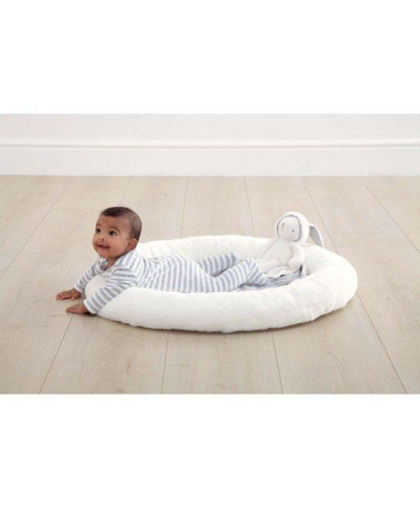 Vauva voi alkaa harjoitella mahallaan oloa leikkimaton pehmeää ja korotettua reunaa apuna käyttäen! Leikkimaton kaaret ovat irroitettavia.