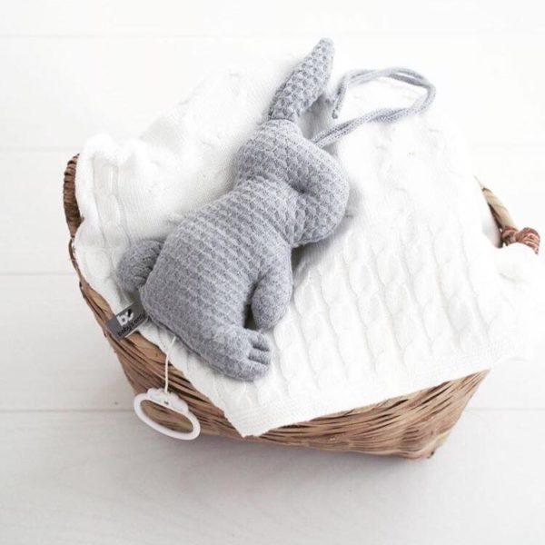 """Baby's Only pehmeä pupusoittorasia on suloinen lisä vauvan pinnasänkyyn ja vauvanhuoneen sisustukseen. Kun vedät narusta, soittorasia soittaa kauniin """"Tuiki tuiki tähtönen"""" - melodian. Sidottavien nauhojen ansiosta soittorasia on helppo kiinnittää vauvan viihdykkeeksi myös vaipanvaihtopisteeseen, rattaisiin tai autoon."""