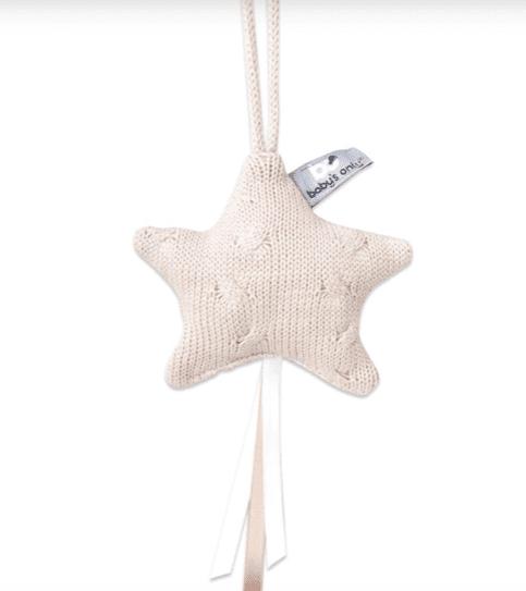 Baby's Only Decoration Star tähtikoriste Kaunista neulosta oleva pikkutähti on ihana yksityiskohta lastenhuoneen sisustuksessa. Voit kiinnittää sen pinnasänkyyn, verhokatokseen, leikkimattoon, turvakaukaloon tai vaunuihin.