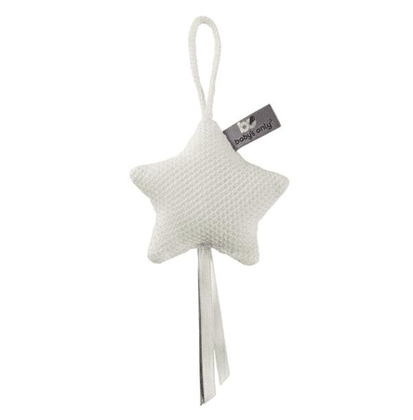 Baby's Only pikkutähti, sileä neulos Kaunista neulosta oleva pikkutähti on ihana yksityiskohta lastenhuoneen sisustuksessa. Voit kiinnittää sen pinnasänkyyn, verhokatokseen, leikkimattoon, turvakaukaloon tai vaunuihin.