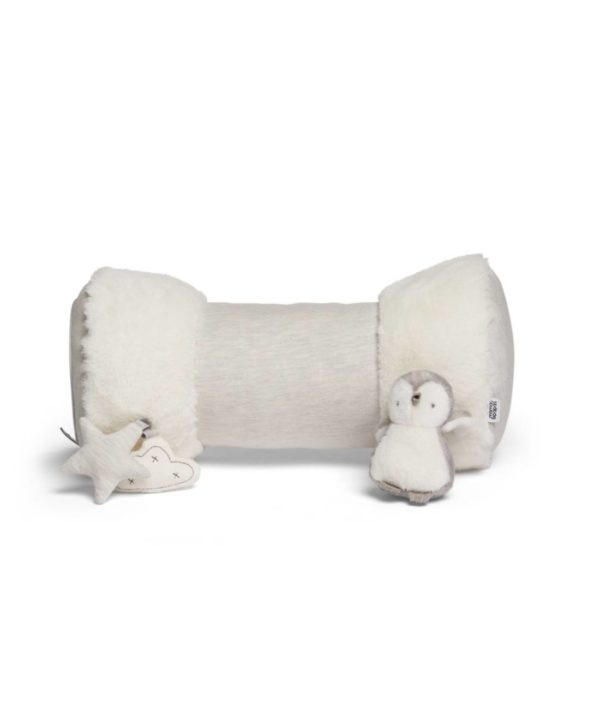 Mamas&Papas Wish Upon a Cloud Tummy Time aktivointilelu vauvan vatsallaan treenailuun. Vatsallaan makaaminen on vauvan liikunnallisen kehityksen kannalta tärkeää. Mahallaan maatessaan vauva harjoittelee nostamaan päätään ja lopulta käsien varassa koko ylävartaloa. Nämä taidot ovat tärkeitä, jotta vauva voi oppia ryömimään ja konttaamaan. Moni vauva ei viihdy vatsallaan maatessaan, joten tämä Mamas&Papasin monitoimirulla on suunniteltu tekemään vatsallaan makuusta mukavampaa vauvalle.
