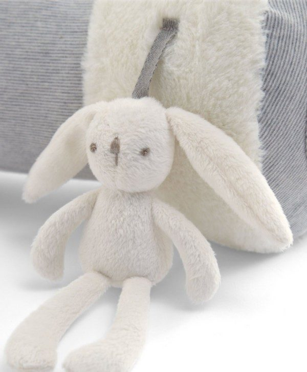Tämä on vaaleansävyinen monitoimilelu vatsallaan makaamista harjoittelevalle vauvalle. Pieni pupu viihdyttää vauvaa helinällään.