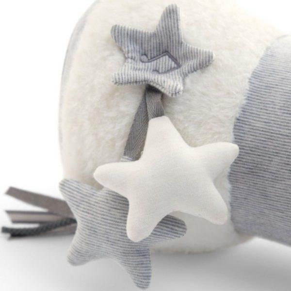 Tämä lelu tekee vatsallaan makaamisesta mukavamman kokemuksen vauvalle! Roikkuvista tähdistä kuuluu helinää, musiikkia ja yksi vinkuu painettaessa.