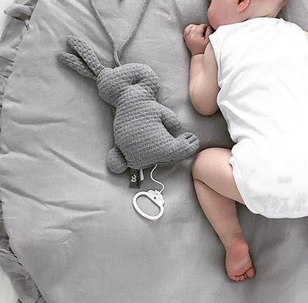"""PikkuVaniljan Baby's Only pehmeä pupusoittorasia on suloinen lisä vauvan pinnasänkyyn ja vauvanhuoneen sisustukseen. Kun vedät narusta, soittorasia soittaa kauniin """"Tuiki tuiki tähtönen"""" - melodian. Sidottavien nauhojen ansiosta soittorasia on helppo kiinnittää vauvan viihdykkeeksi myös vaipanvaihtopisteeseen, rattaisiin tai autoon."""