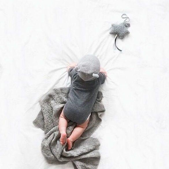 Baby's Only pikkutähti, sileä neulos Kaunista neulosta oleva pikkutähti on ihana yksityiskohta lastenhuoneen sisustuksessa. Voit kiinnittää sen pinnasänkyyn, verhokatokseen, leikkimattoon, turvakaukaloon tai vaunuihin. Tämä pikkutähti on samaa sävyä kuin Baby's Onlyn sileää neulosta oleva lämpöpussi.