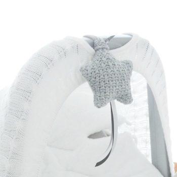 Baby's Only pikkutähti, sileä neulos. Kaunista neulosta oleva pikkutähti on ihana yksityiskohta lastenhuoneen sisustuksessa. Voit kiinnittää sen pinnasänkyyn, verhokatokseen, leikkimattoon, turvakaukaloon tai vaunuihin.