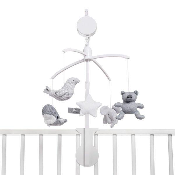 Soiva ja rauhallisesti pyörivä mobile herättää vauvan huomion ja rauhoittaa vauvaa. Monet vauvat myös nukahtavat hyvin kuunnellessaan mobilen pehmeää ja tyynnyttävää musiikkia.