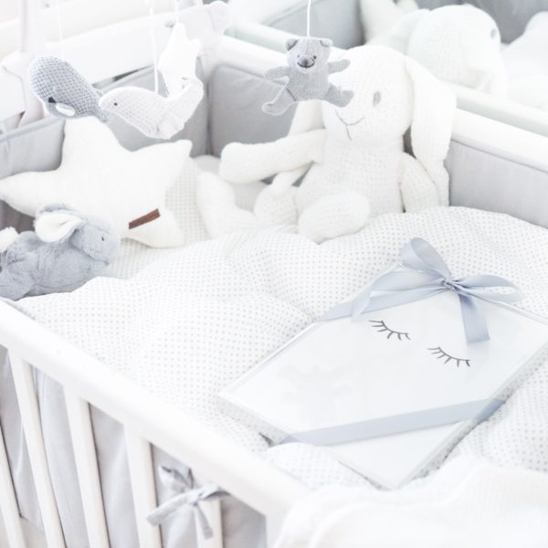 PikkuVaniljan soiva ja rauhallisesti pyörivä mobile herättää vauvan huomion ja rauhoittaa vauvaa. Monet vauvat myös nukahtavat hyvin kuunnellessaan mobilen pehmeää ja tyynnyttävää musiikkia. Baby's Only mobile on väritykseltään rauhallinen ja vaalea, yhdistelmä valkoista ja harmaata. Mobile on kauniisti monenlaiseen sisustukseen sopiva!