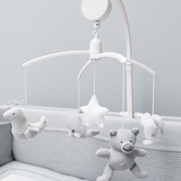 Baby's Only soiva mobile on väritykseltään rauhallinen ja vaalea, yhdistelmä valkoista ja harmaata. Mobile on kauniisti monenlaiseen sisustukseen sopiva!