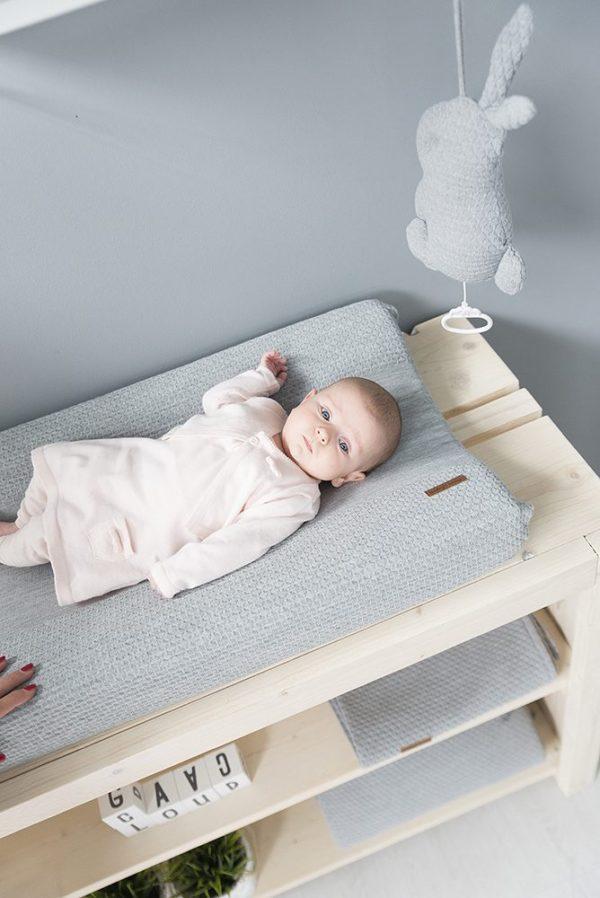 Baby's Onlyn vaaleanharmaa pupusoittorasia viihdyttää ja tyynnyttää vauvaa. Soittorasia on helppo kiinnittää esimerkiksi pinnasänkyyn.