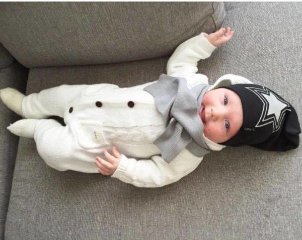Tämä tyylikäs Baby's Onlyn huivi on helppo pukea ihan pienellekin vauvalle, huivin toinen pää vain sujautetaan valmiin aukon läpi. Huivit ja tupsupipot ovat tämän kauden suosituimmat asusteet vauvalla ja näyttävät todella suloiselta vaaleansävyisissä vauvakuvissa!