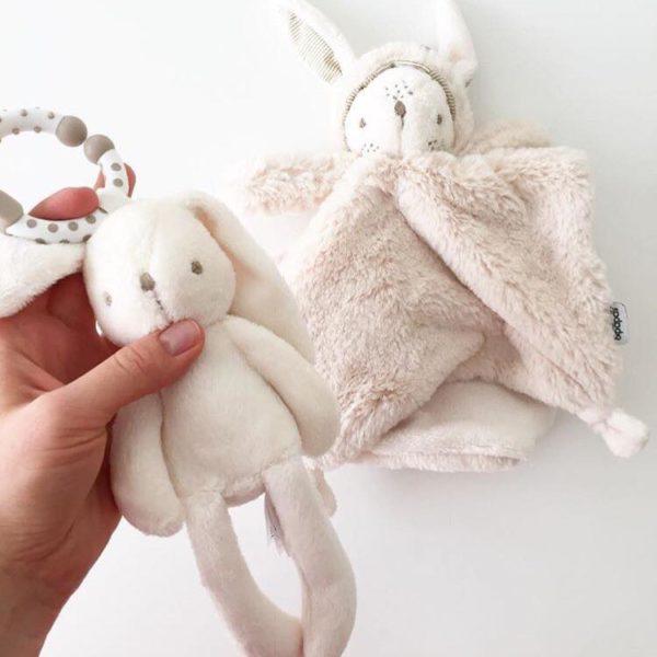 Pehmoinen pupu, rakas riepu tai halinalle. Useimmiten lapsen unikaveri on pehmoinen. Unilelu on lapselle tärkeä. Uniriepu rauhoittaa lapsen nukkumaan ja se kulkee lapsen mukana myös vieraassa paikassa nukuttaessa. Uniriepu antaa turvaa ja rentouttaa. Mamas&Papas suloinen pupu on mukava unikaveri. Unirievun kulmissa olevia solmuja vauvat rakastavat näprätä ennen nukahtamistaan. Kauttaaltaan uniriepu on ylellisen pehmeä, jolloin se on mukava painaa vauvan poskea vasten nukahtaessa.