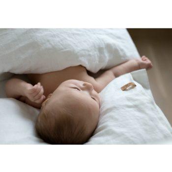 Vera-Veran pehmennyskäsitelty Aina -pellavapussilakanasetti sopii täydellisesti lapsen herkälle iholle! Tässä pussilakanassa ei ole sitä perinteistä pellavan karheutta. Vauva on ihana peitellä suloisille unille keveän peiton alle. Pehmeän valkoinen väri rauhoittaa vauvaa ja auttaa nukahtamaan.