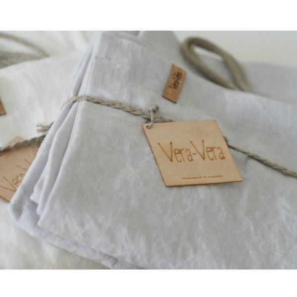 Vera-Veran pehmennyskäsitelty Aina -pellavapussilakanasetti sopii täydellisesti lapsen herkälle iholle! Tässä pussilakanassa ei ole sitä perinteistä pellavan karheutta. Hengittävin materiaali petivaatteisiin olisi juuri pellava tai silkki. Vauva on ihana peitellä suloisille unille keveän peiton alle. Pehmeät värit rauhoittavat vauvaa ja auttavat nukahtamaan. Pidän ajatuksesta, että pellavan kasvatuksessa ei tarvita juuri lainkaan lannoitteita verrattuna esimerkiksi puuvillaan. Tämä tekee pellavasta paremman materiaalin, kun valitset tarvikkeita vastasyntyneelle.