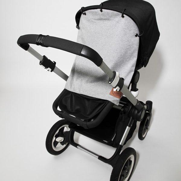 Kiinnittämällä Baby Wallaby suojaverhon vaunukopan tai rattaiden kuomuun, saat vauvan suojaan liian kirkkaalta valolta ja tuulelta. Näin vauva voi nukkua vaunuissa rauhallisemmin!