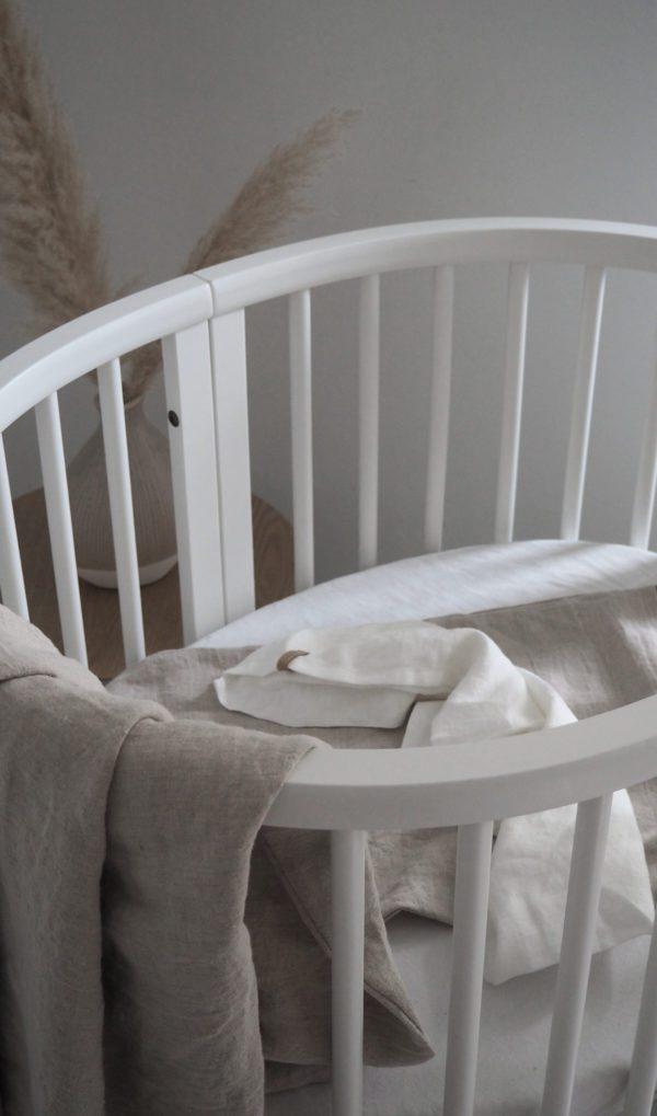 Vera-Veran pehmennyskäsitelty pellavapussilakanasetti sopii täydellisesti lapsen herkälle iholle! Tässä pussilakanassa ei ole sitä perinteistä pellavan karheutta. Hengittävin materiaali petivaatteisiin olisi juuri pellava tai silkki. Vauva on ihana peitellä suloisille unille keveän peiton alle. Pehmeät värit rauhoittavat vauvaa ja auttavat nukahtamaan. Pidän ajatuksesta, että pellavan kasvatuksessa ei tarvita juuri lainkaan lannoitteita verrattuna esimerkiksi puuvillaan. Tämä tekee pellavasta paremman materiaalin, kun valitset tarvikkeita vastasyntyneelle.