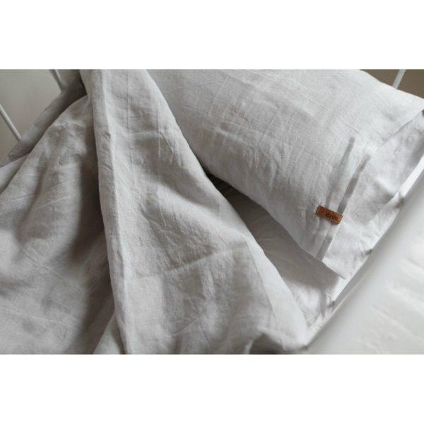 Vera-Veran pehmennyskäsitelty Aina -pellavapussilakanasetti sopii täydellisesti lapsen herkälle iholle! Tässä pussilakanassa ei ole sitä perinteistä pellavan karheutta. Hengittävin materiaali petivaatteisiin olisi juuri pellava tai silkki. Vauva on ihana peitellä suloisille unille keveän peiton alle. Pehmeät värit rauhoittavat vauvaa ja auttavat nukahtamaan.