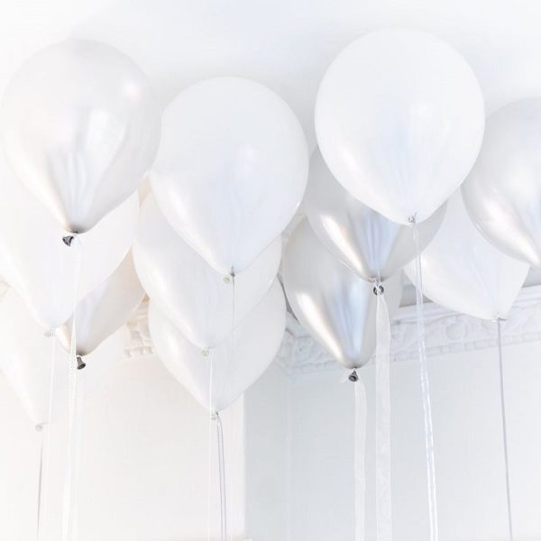 Tässä tyylikkäässä ja herkässä ilmapallosetissä on 30 palloa: mattavalkoista, helmiäisvalkoista ja metallinhohtoista hopeaa. Näillä ilmapalloilla saat helposti näyttävän ja kauniin juhlapäivän!