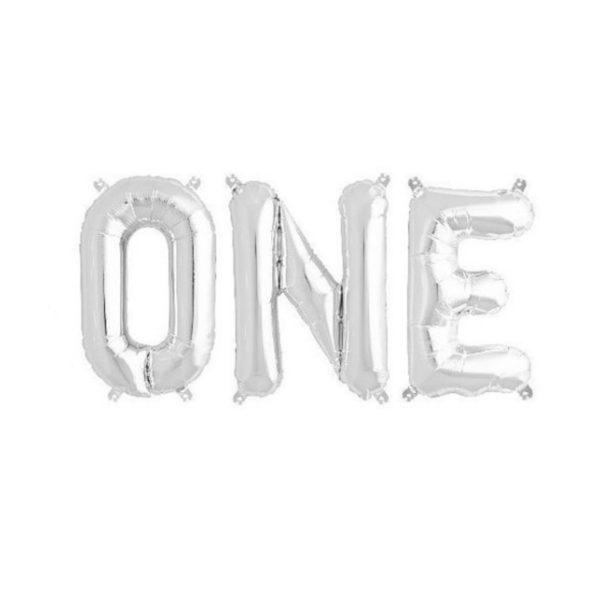 """Upea koristebanneri """"ONE"""" -tekstillä sopii kauniisti 1-vuotissynttäreille tai vauvan 1-vuotiskuvaukseen! Pallot on helppo ripustaa roikkumaan valmiista pienistä rei'istä."""