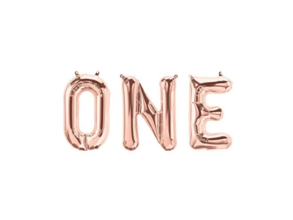 """Upea koristebanneri """"ONE"""" -tekstillä sopii kauniisti 1-vuotissynttäreille! Pallot on helppo ripustaa roikkumaan valmiista pienistä rei'istä. Foliopallot täytetään puhaltamalla. Yhdistä tähän viiriin ilmapalloja, tasseleita tai pom pom -koristeita, niin saat näyttävän kokonaisuuden vauvan ensimmäisiin syntymäpäiväjuhliin!"""