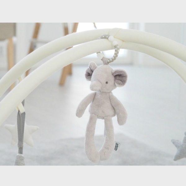 Mamas&Papas My First Elephant -helisevä purulelu elefantti. Helisevä pikkuelefantti kulkee helposti vauvan mukana paikasta toiseen! Lelun saa helposti kiinni esimerkiksi turvakaukaloon, siinä lelu heiluu viihdyttäen vauvaa automatkan ajan. Pururengasta on mukava nakerrella, kun hampaat tekevät tuloaan ja kutittavat vauvan ikeniä. Norsu on suloisenpehmeä ja sileä, ravistamalla se pitää helisevää ääntä kiinnittäen vauvan huomion. Vauvat rakastavat norsun pitkiä jalkoja ja lelusta saa hyvän haliotteen.