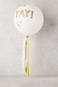 Tämä kaunis ilmapallosetti sisältää 8 läpinäkyvää ilmapalloa, kultaisia tarroja, tasselinauhaa ja kimmeltävää narua. Yhdistä nämä pallot tavallisiin valkoisiin ilmapalloihin ja saat upean synttärikoristelun helposti! Lapset rakastavat ilmapalloja!