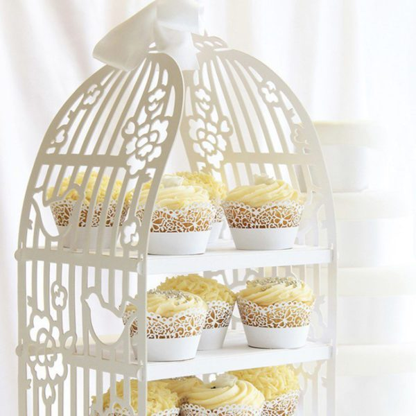 Upea, vahvasta pahvista valmistettu kakkuteline sopii täydellisesti herkkiin ja tyylikkäisiin juhliin: ristiäisiin, syntymäpäiville tai baby shower -juhlaan. Lintuhäkin malliseen kakkutelineeseen saat cupcake-leivokset tai muut pienet herkut näyttävästi esille ja juhlavieraat ihastuvat tähän varmasti! Korkeutensa takia tämä teline erottuu kauniisti juhlapöydässä!