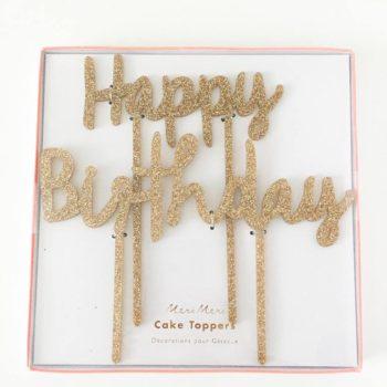 Kakku ja kynttilöitä puhaltava tuikkivasilmäinen pieni -nämä hetket jäävät perhealbumiin! Kaunis kakku on juhlapöydän kruunu. Tämä upean kimalteleva, korkea kakun koriste on helppo mutta näyttävä tapa luoda kaunis lasten synttärikakku! Itse kakku voi olla yksinkertainen, kun päällä on juhlava koriste. Lisää kakkuun vain kynttilät tai tähtisädetikku ja juhlat voivat alkaa!