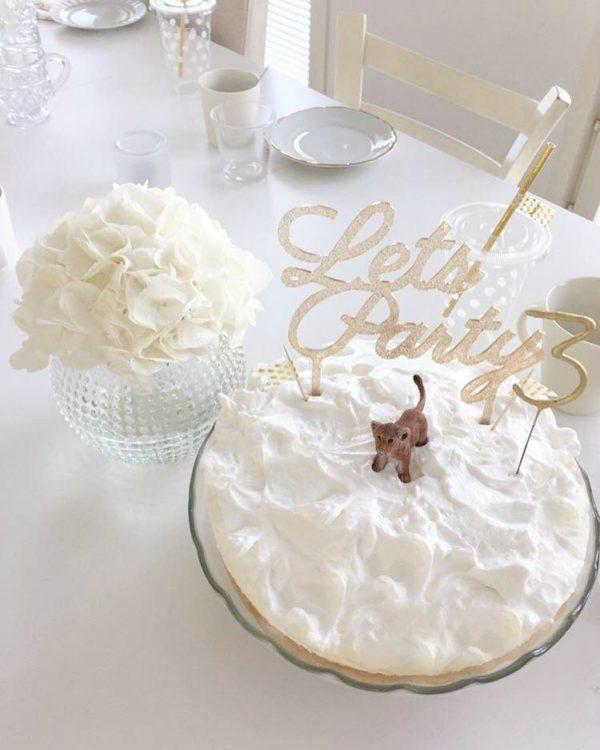 Kaunis kakku on juhlapöydän kruunu. Tämä upean kimalteleva, korkea kakun koriste on helppo mutta näyttävä tapa luoda kaunis lasten synttärikakku ja babyshowerkakku! Itse kakku voi olla yksinkertainen, kun päällä on juhlava koriste. Lisää kakkuun vain kynttilät tai tähtisädetikku ja juhlat voivat alkaa!