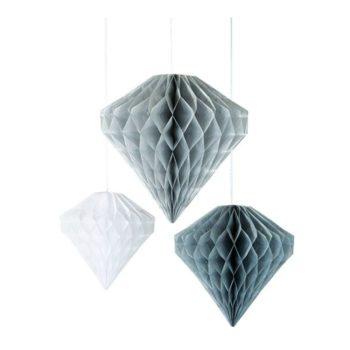 Honeycomb koristeet on todella helppo koota juhlia varten ja laittaa kasaan taas seuraavaa kertaa silmällä pitäen. Tämän setin valkoinen ja harmaat kevyet honeycomb-timantit ovat näyttävät yhdistettynä ilmapalloihin tai viiriin. Timanttihoneycomb -pakkauksessa on 3 erikokoista ja kolmea eri sävyä olevaa näyttävää timanttia!