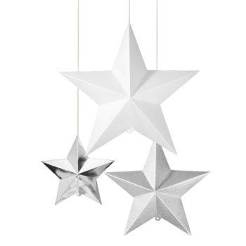Kolme erikokoista näyttävää tähteä tyylikkään juhlapäivän koristeluun. Tähtiä on kolmea eri väriä: suurin on helmiäishohtoinen valkoinen, keskimmäinen kimmeltävä vaaleanharmaa ja pienin tähdistä on hopeinen. Nämä tähdet näyttävät upeilta yhdistettynä muihin roikkuviin koristeisiin ja ripustettuna eri korkeuksille. Tähdet voit kiinnittää kattoon, ikkunaan tai terassille.