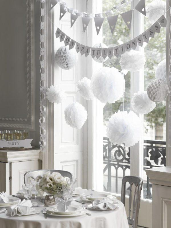 lmavan kauniit pom pom -pallot tyylikkään valkoisena! Tässä setissä on kolme erikokoista puhtaanvalkoista pom pom palloa. Pompomit ovat yksinkertaisen upea koriste mihin tahansa juhliin. Pompomeja ripustamalla koristelet nopeasti baby shower -juhlat, ristiäiset tai lasten syntymäpäivät. Yhdistä pompomit ilmapalloihin ja viireihin ja juhlakoristelut ovat valmiina!