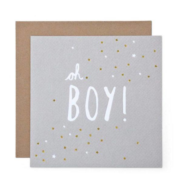 """Ihana mattapintainen vaaleanharmaa vauvakortti, jossa valkoinen """"Oh Boy!"""" -teksti. Tekstin ympärillä on valkoisia ja kultaisia pikkutähtiä. Sisäpuolelta kortti on valkoinen ja tekstitön. Kortin mukana tulee kirjekuori."""